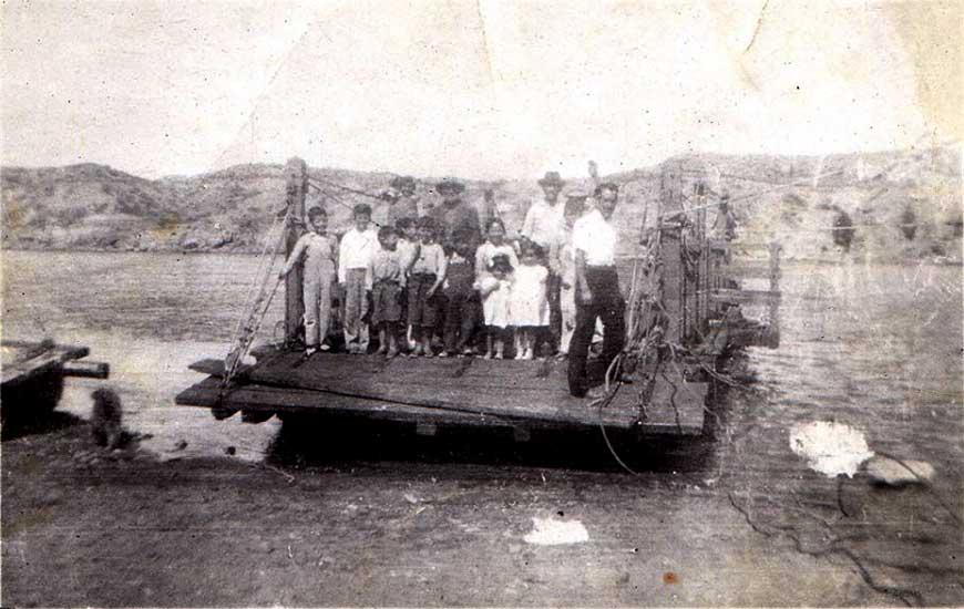 Tiempos de antaño. La familia Vega junto a vecinos cruzando el río en la Balsa.