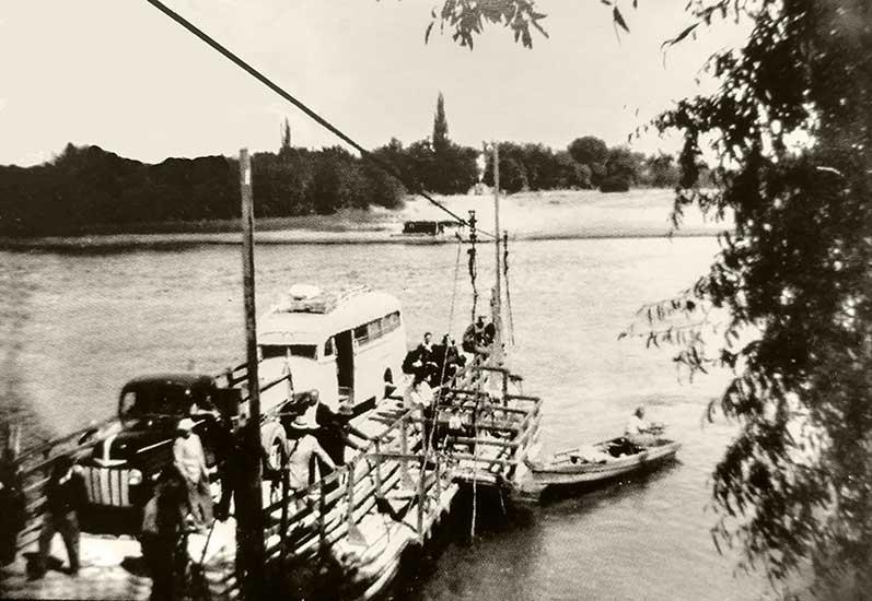 La Balsa atracando en la orilla rionegrina. A punto de desembarcar podemos ver la Ford de Carlos Cabeda Oviedo. Y un colectivo que prestaba servicio en aquella época.
