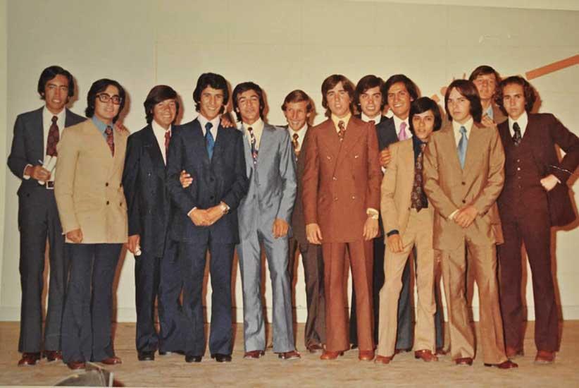 Edgardo que ya brillaba con su traje y sus compañeros, egresando en la Escuela Nacional de Comercio de Plaza Huincul. Año 1972