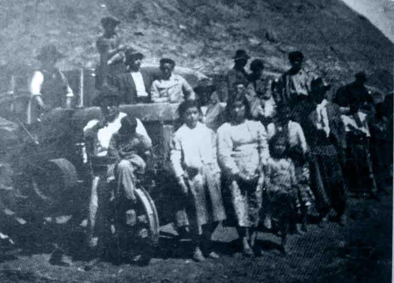 Frente al tractor, Adolfina de Sura, Sumilda y Nora Huichacura (esta última de 6 años)