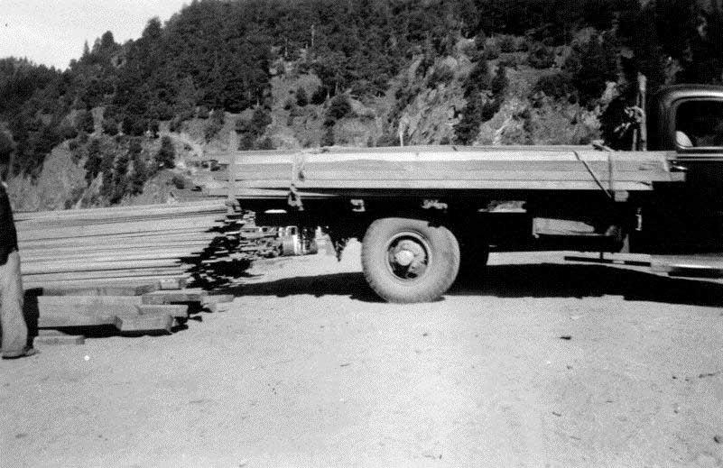 Cargando maderas en el lago, noviembre del 1942.