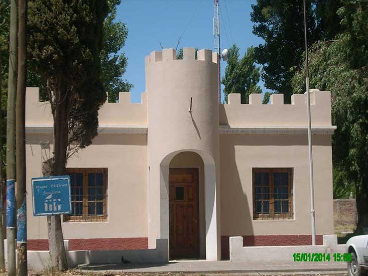 Este edificio es el destacamento policial del Territorio Nacional de Neuquén, donde Decler Vega llegó a solicitar auxilio. El edificio data del año 1938. En él, hoy funciona el Museo Histórico Municipal