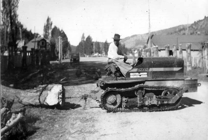 Tractor en las calles de San Martín de los Andes, arrastrando troncos.