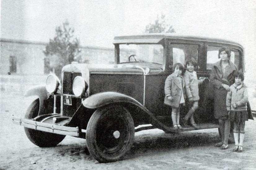 1940 - Vehículo con el volante situado a la derecha, estacionado frente a la antigua sede de la municipalidad, ubicada en la Av. Argentina al 150.
