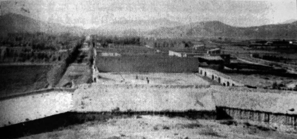 Vista panorámica de Chos Malal tomada desde el Torreón a fines del siglo XIX. En primer plano la Jefatura de Policía, Cárcel y Maestranza. A la izquierda, plaza San Martín y calle 25 de Mayo. A la derecha, viviendas sobre la calle Villegas y sector de quintas.