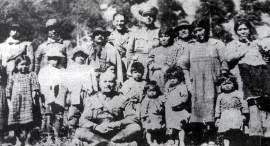 La familia del Cacique Curruinca rodea a Perón en Quila Quina.