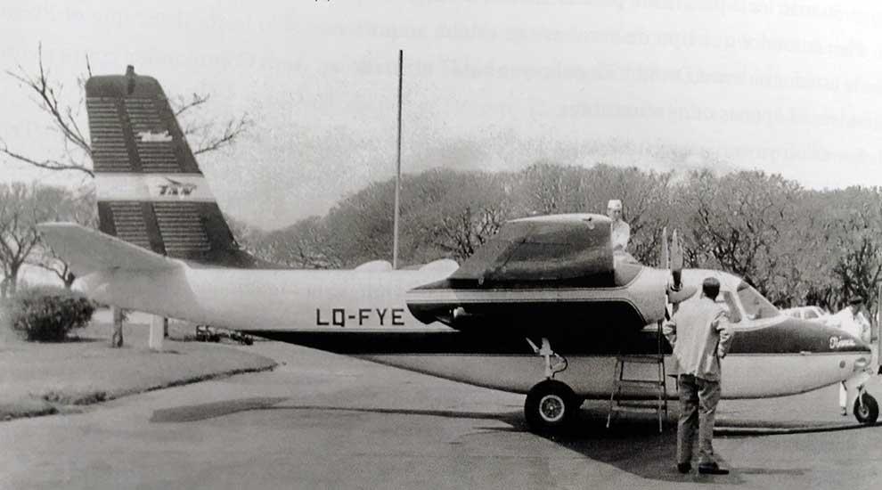 El Aero Commander 680 LQ-FYE propiedad de la provincia de Neuquén en la plataforma del Aeroparque Jorge Newbery de Buenos Aires.