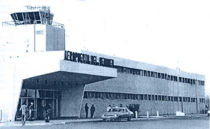 """Aspecto que presentaba el """"edificio civil"""" del Aeropuerto neuquino en el verano 1978-1979. (observese la custodia militar en la puerta de acceso). Foto archivo Diario Río Negro."""