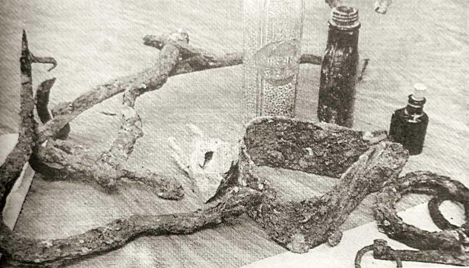 Botella y objetos encontrados durante la realización de trabajos de refacción. Año 1999.