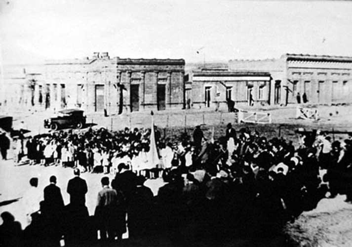 Acto cívico-1940 aprox- Calle Sarmiento y Roca - Zapala