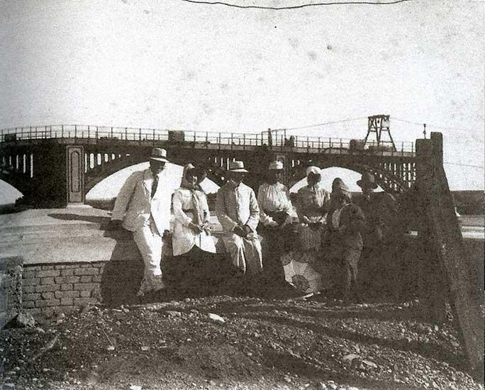 1907 - Ricardo Rojas y señora, Eduardo Talero y su esposa, y otros acompañantes en el dique Neuquén, lo que es el dique Ballester en la actualidad, en aquella época en construcción.