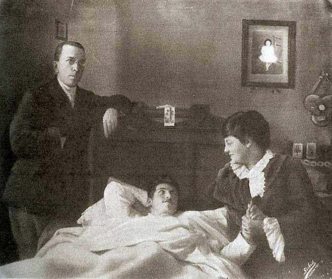 Eduardo Talero hijo es atendido por sus padres (Eduardo Talero y Ruth Reed) en la cama del gerente del Banco del Neuquén, donde permaneció durante quince días hasta su recuperación, convalesciente por la herida sufrida durante la balacera que se produjo en el lugar, tras la evasión de presos de 1916.