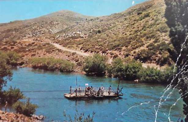 Pilo Lil - La Nueva Balsa cruzando hacia la margen derecha del río Aluminé. En el apogeo de su vida útil, verano de 1964.