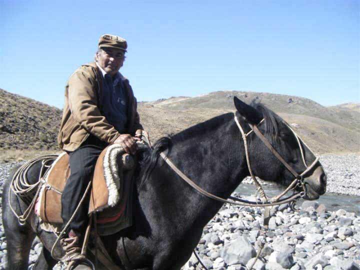 Paisano veraneador, llevando sus arreos entre los cerros, desde Huantraico a un campo entre las Lagunas Varbarco Campos y Varbarco Tapia.