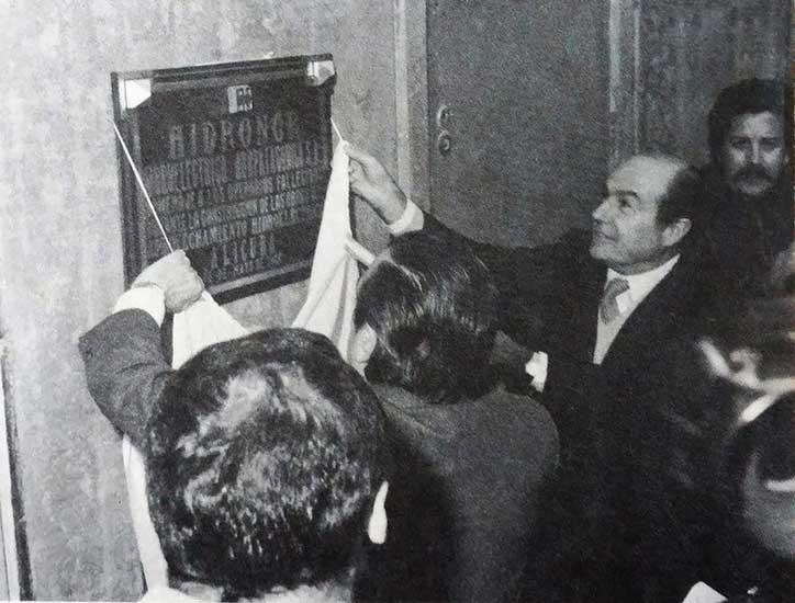 Descubrimiento de la placa recordatoria de los obreros fallecidos durante la construcción de las obras.