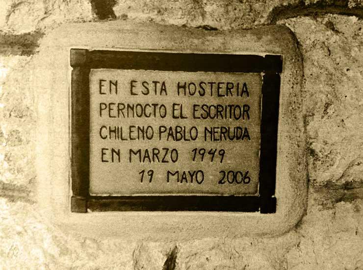 En 2006 se descubrió la placa de cerámica que recuerda la estadía de Pablo Neruda en el hotel Los Andes.
