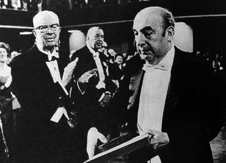 Pablo Neruda aplaudido en la entrega del Premio Nobel de Literatura. En su discurso de agradecimiento recordó su derrotero para llegar a la Argentina por el paso Ilpela.