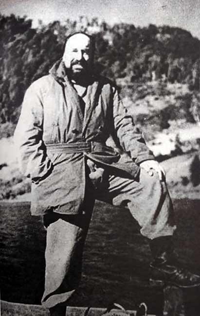 Pablo Neruda - Una de las pocas imágenes en que el poeta luce con barba, durante 1949, año de su fuga de Chile.