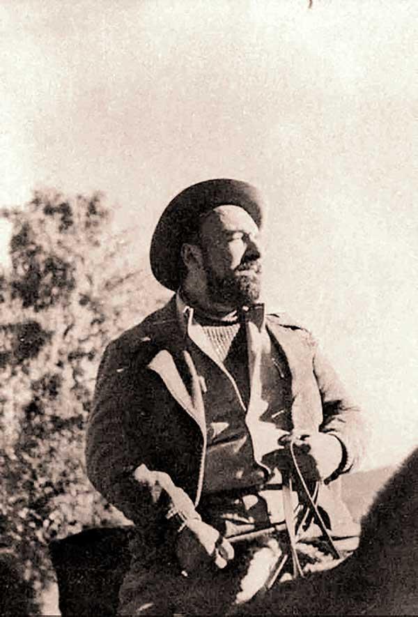 Cuando Pablo Neruda decidió escapar, el gobierno chileno puso en marcha un operativo de captura. Luego de varios meses de ocultarse, Neruda logró salir de Chile cruzando a San Martín de los Andes. Con una poblada barba y bajo la falsa identidad de Antonio Ruiz Legarreta,  intentaba llegar a Europa.