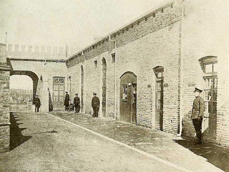 1930 - Edificio contiguo a la gobernación, destinado a Comisaría, visto desde su parte interior, muy concurrido en los días del extravío mental del Teniente Paterson.