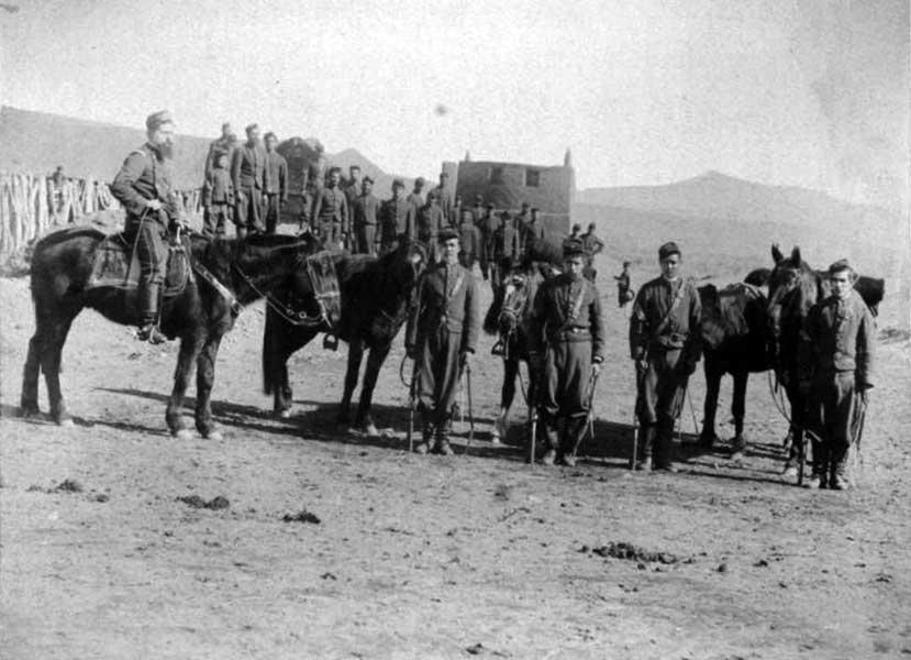 Fortín Codihue: A caballo, el Teniente Coronel Manuel Ruibal, segundo Jefe del Regimiento 11