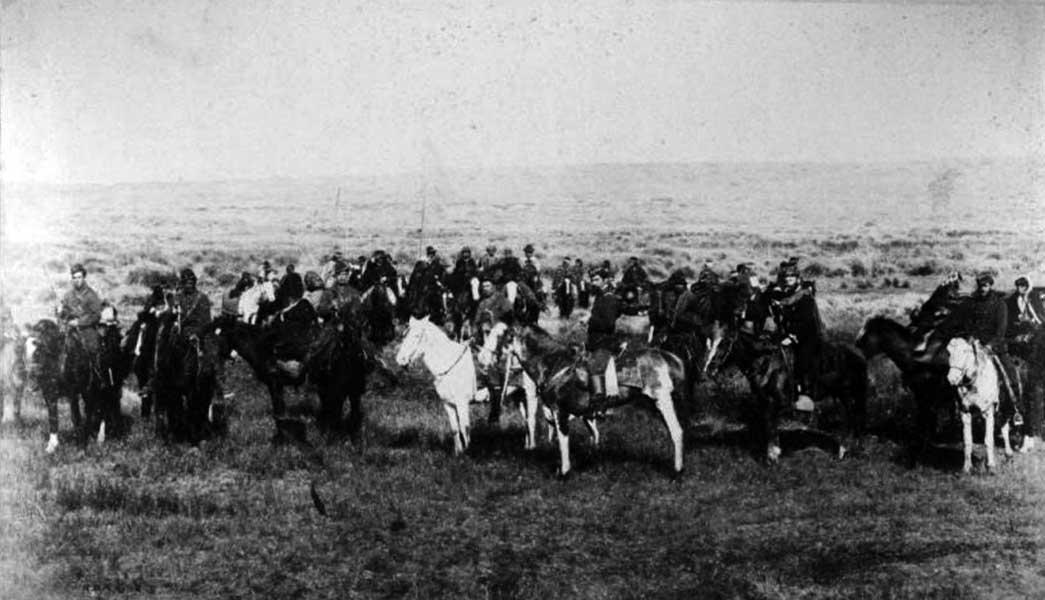 El comandante Ruibal y la oficialidad del Regimiento 11 acompañan a Reuque Curá a ponerse en marcha para el fuerte General Roca. 20 de Mayo de 1883.