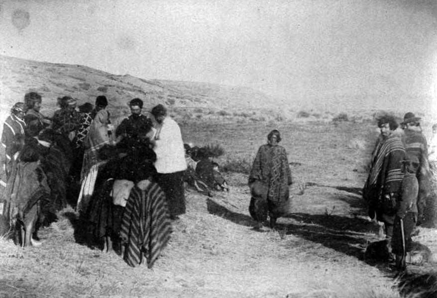 Bautismo obligado de los integrantes de la tribu de Reuque Curá luego de su presentación en Codihue