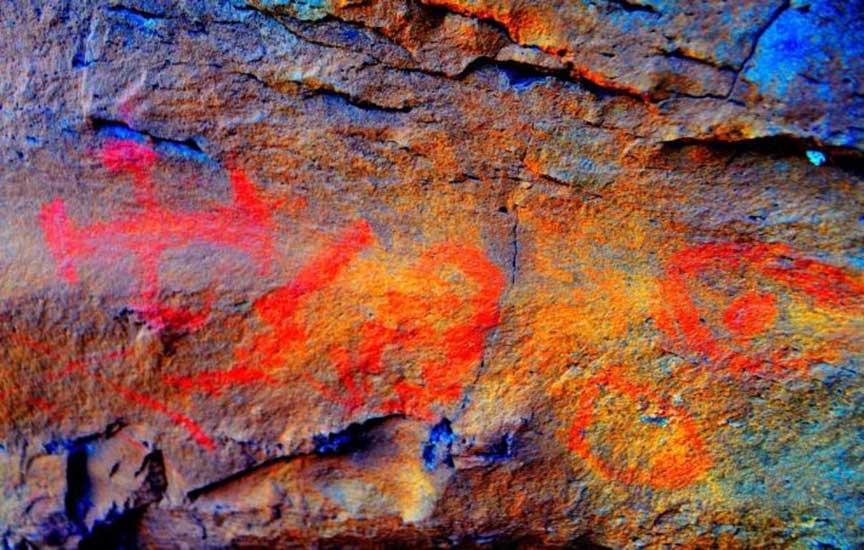 Pinturas rupestres del ANP El Tromen. Por medio de la edición fotográfica se saturaron los colores de imagen con el fin de mejorar la visualización de los diseños (Fotografía: Sergio D'Abramo)