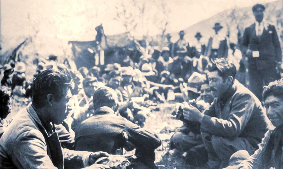 Preparándose para el Nguillatum en San Ignacio - Mapuches - Década del 30
