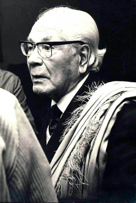 Dr. Gregorio Álvarez en reunión de escritores, representantes de SADE, Dirección Provincial de Cultura. 1973