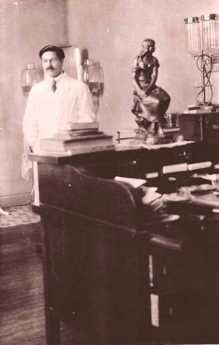 Gregorio Álvarez en el laboratorio del Hospital de Niños en Buenos Aires.