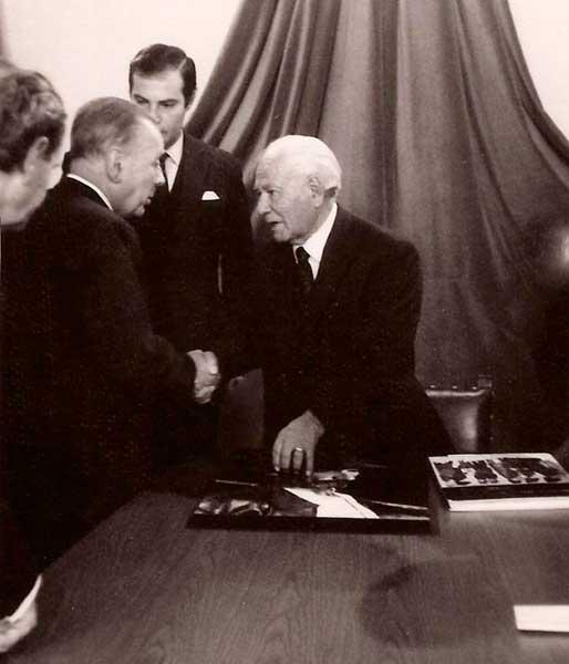Gregorio Álvarez (derecha) y Jorge Luis Borges.