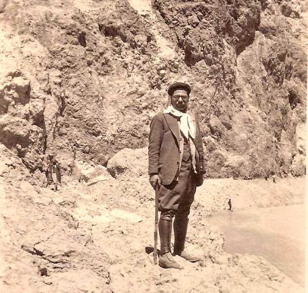 Gregorio Álvarez - En el cráter del volcán Copahue (1929).