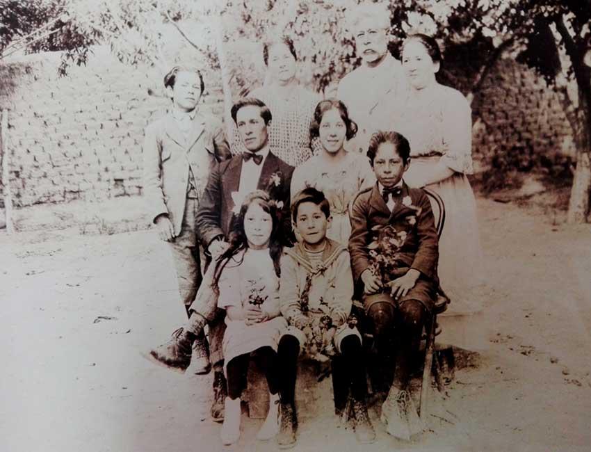 Gregorio Álvarez y Familia: es el que está parado a la izquierda.