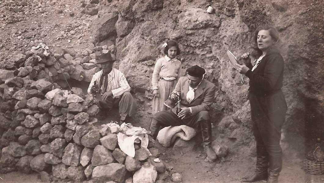 Gregorio Álvarez - Cebando mate en el norte neuquino. A la derecha, su esposa.