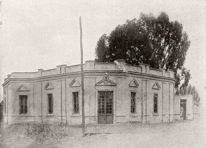 La primitiva residencia del Gobernador Eduardo Elordi, convertida en Jefatura de Policía de Neuquén Archivo Histórico Municipal, Ciudad de Neuquén.