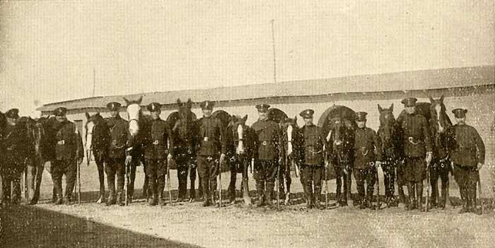La guardia montada de la Policía de Neuquén que patrullaba la ciudad Capital - 1930 - Neuquén Capital Archivo Histórico Municipal, Ciudad de Neuquén.