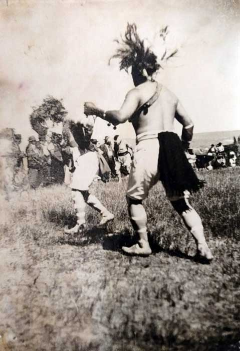 Nguillatun en el paraje San Ignacio, próximo a Las Coloradas, en la década del 30. Choique Purrun (Fotos gentileza museo histórico de Senillosa).