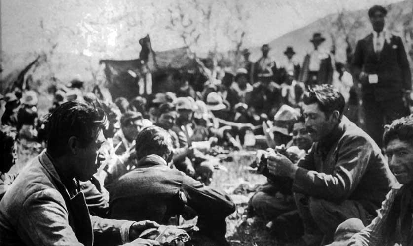 Nguillatun en el paraje San Ignacio, próximo a Las Coloradas, en la década del 30. Descanso antes de continuar la rogativa. (Fotos gentileza museo histórico de Senillosa)