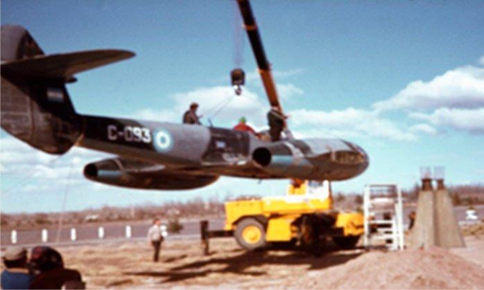 Colocación del Gloster Meteor en la plazoleta del aeropuerto de Neuquén