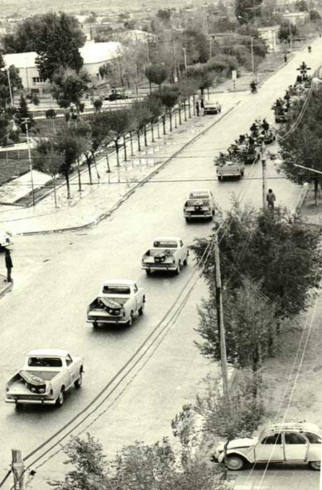 Improvisadas camionetas Rastrojero, cumplieron la función de coches fúnebres.