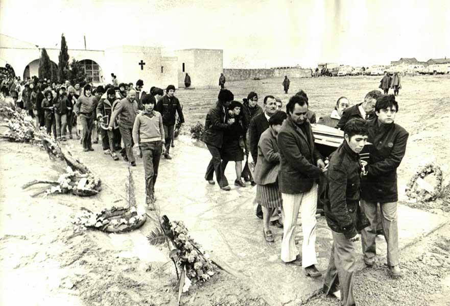 Sepelio de las víctimas de la caída del avión de YPF. 1976.