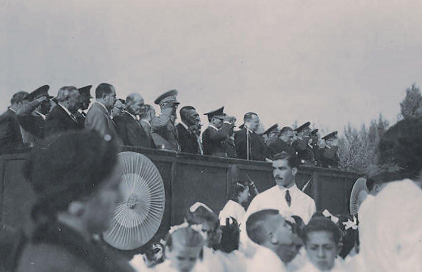 Acto patrio en 1934, con la presencia del Gobernador Enrique Pilotto.