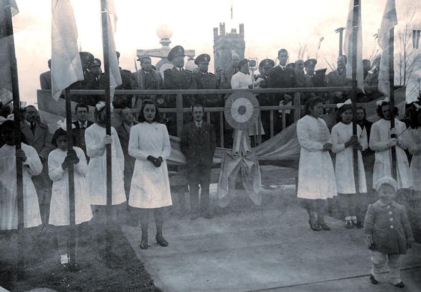 Acto frente a la Casa de Gobierno (1943) con la presencia del Gobernador Enrique Pilotto.