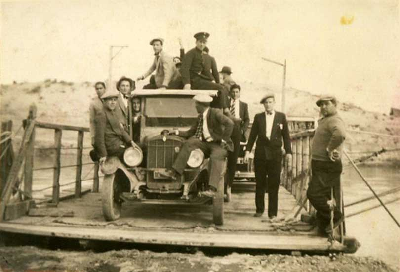 Balsa sobre el río Neuquén - Neuquén Capital - Década del '30