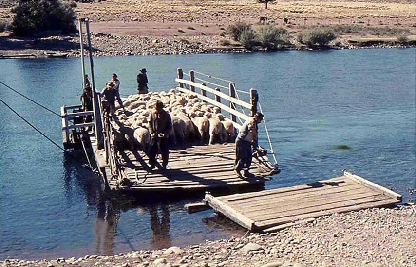 Balsa en el río Aluminé - Década del '70