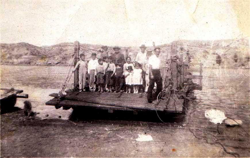 Balsa españa en Senillosa. La familia Vega junto a vecinos. La balsa funcionó hasta 1959