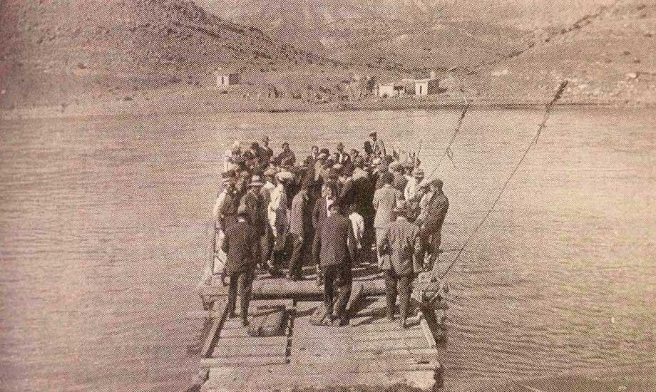 Balsa sobre el río Neuquén - Chos Malal - Década del '40