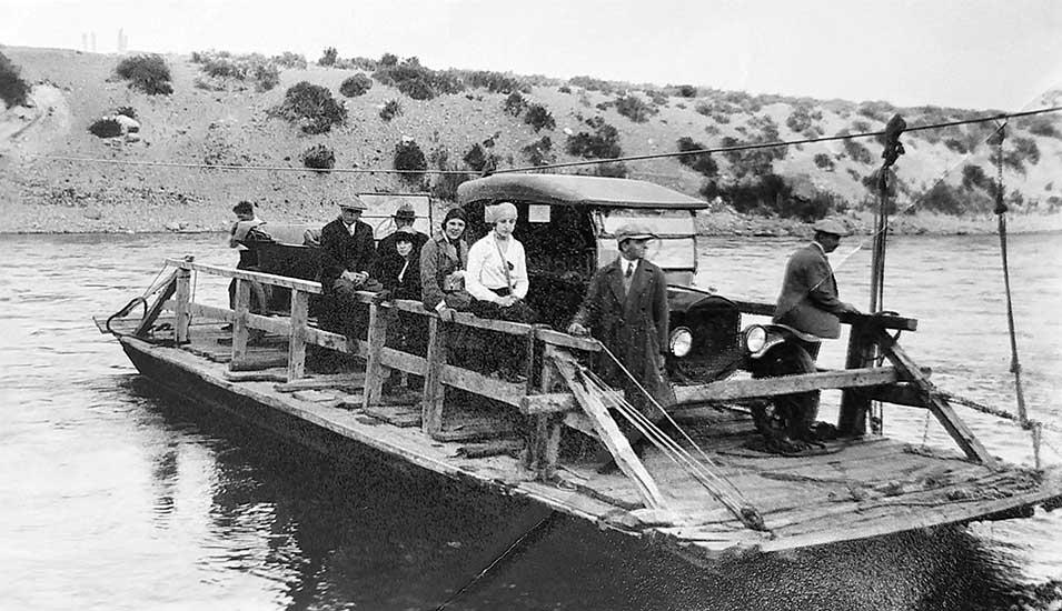 Balsa sobre el río Neuquén - Neuquén Capital - Década del '20.
