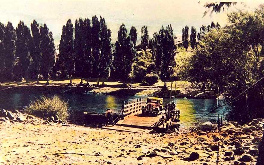 Balsa en el río Aluminé - Década del '30